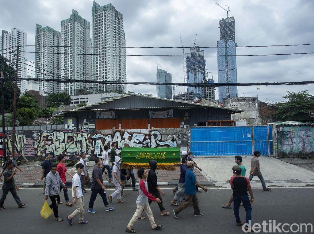 Tradisi Mengiringi Jenazah Tak Mati Meski di Masa Pandemi