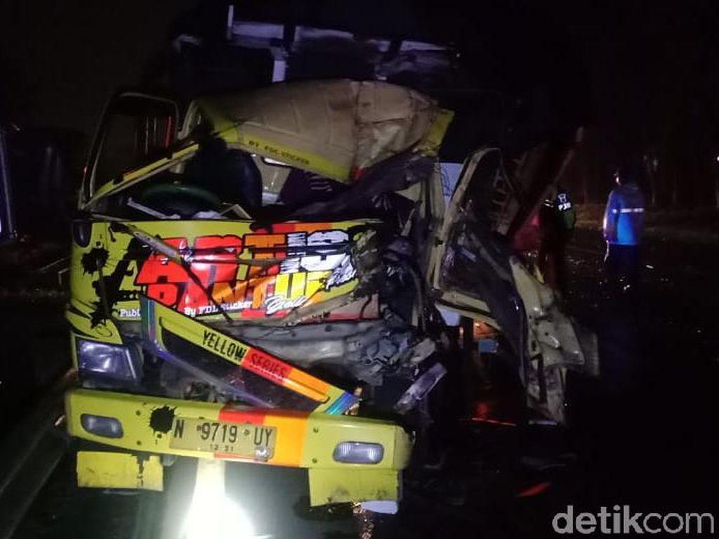 Colt Diesel Tabrak Dump Truk di Sidoarjo, 1 Tewas dan Sopir Kabur