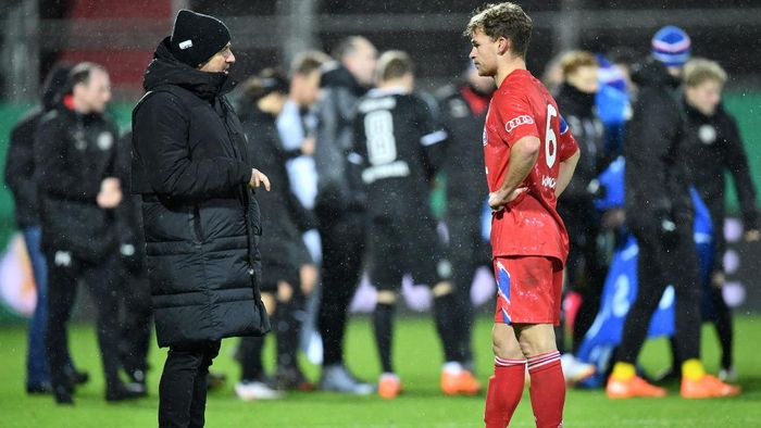 KIEL, GERMANY - JANUARY 13: Hans-Dieter Flick, Head Coach of Bayern Munich speaks with Joshua Kimmich of Bayern Munich during the DFB Cup second round match between Holstein Kiel and Bayern Muenchen at Wunderino Arena on January 13, 2021 in Kiel, Germany. Sporting stadiums around Germany remain under strict restrictions due to the Coronavirus Pandemic as Government social distancing laws prohibit fans inside venues resulting in games being played behind closed doors. (Photo by Stuart Franklin/Getty Images)