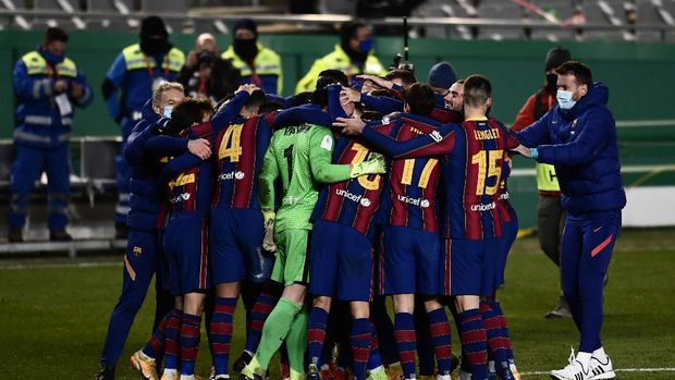 Barcelona player celebrate at the end of the Spanish Super Cup semi final soccer match between Barcelona and Real Sociedad at Nuevo Arcangel stadium in Cordoba, Spain, Wednesday, Jan. 13, 2021. Barcelona will play the final after defeating Real Sociedad 3-2 in a penalty shootout after the game ended 1-1. (AP Photo/Francisco Seco)