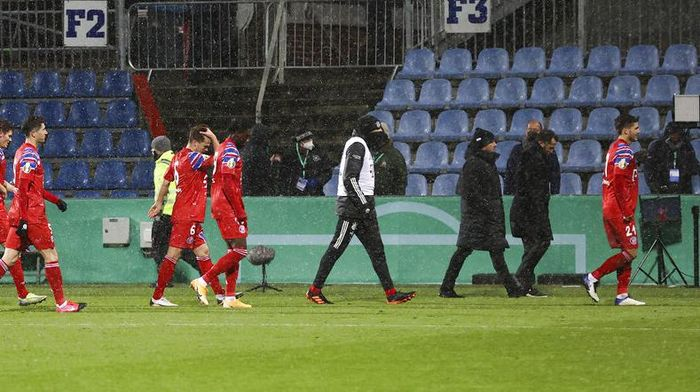Munichs players leave the pitch after defeat in the DFB Cup 2nd round match between Holstein Kiel and Bayern Munich at the Holstein Stadium in Kiel, Germany, Wednesday Jan. 13, 2021. (Christian Charisius/dpa via AP)