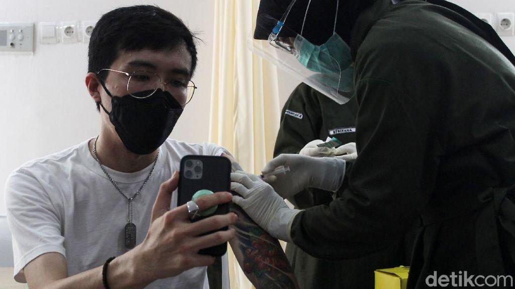 dr Tirta Disuntik Vaksin Corona di Puskesmas Ngemplak Sleman