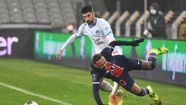 Paris Saint-Germain's Brazilian forward Neymar (R) falls as he vies for the ball with Marseille's Spanish defender Alvaro Gonzalez (L) during the French Champions Trophy (Trophee des Champions) football match between Paris Saint-Germain (PSG) and Marseille (OM) at the Bollaert-Delelis Stadium in Lens, northern France, on January 13, 2021. (Photo by Denis Charlet / AFP)