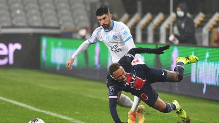 Paris Saint-Germains Brazilian forward Neymar (R) falls as he vies for the ball with Marseilles Spanish defender Alvaro Gonzalez (L) during the French Champions Trophy (Trophee des Champions) football match between Paris Saint-Germain (PSG) and Marseille (OM) at the Bollaert-Delelis Stadium in Lens, northern France, on January 13, 2021. (Photo by Denis Charlet / AFP)