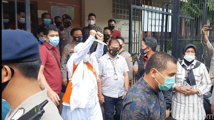 Habib Rizieq keluar dari rutan Polda Metro Jaya untuk dipindahkan ke rutan Bareskrim Polri.