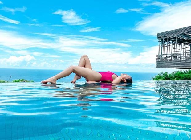 Jessica Iskandar berbaring di atas air/instagram.com/inijedar