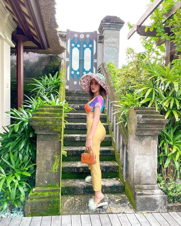 Jessica Iskandar menaiki tangga/instagram.com/inijedar
