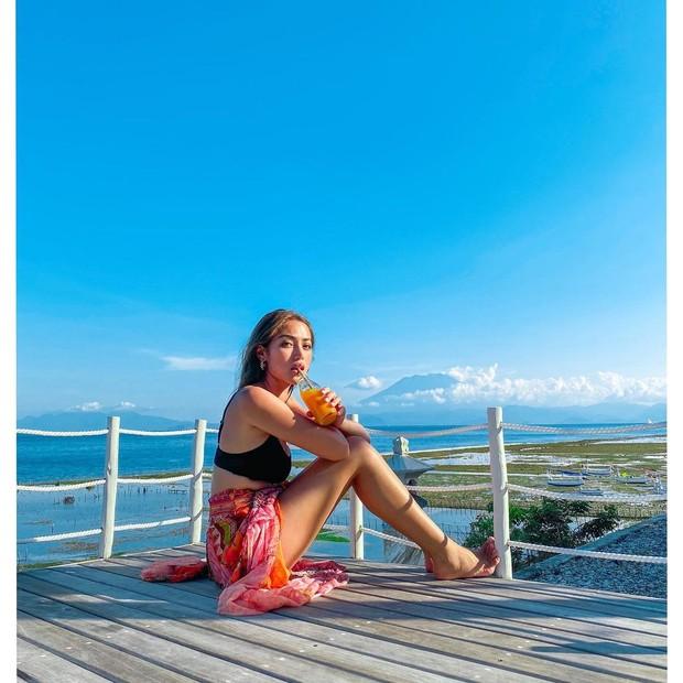 Jessica Iskandar minum jus di tepi pantai/instagram.com/inijedar
