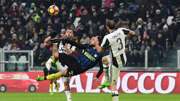 TURIN, ITALY - FEBRUARY 05:  Danilo D Ambrosio (C) of FC Internazionale in action against Miralem Pjanic (L) and Giorgio Chiellini of Juventus FC during the Serie A match between Juventus FC and FC Internazionale at Juventus Stadium on February 5, 2017 in Turin, Italy.  (Photo by Valerio Pennicino/Getty Images)
