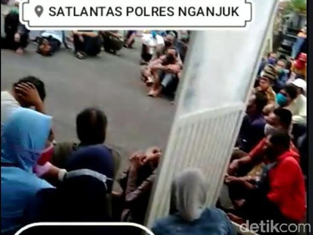 Ada Kerumunan Pemohon SIM di Polres Nganjuk yang Abaikan Prokes
