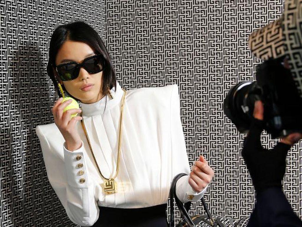 7 Foto Uniknya Desainer Balmain Pamer Koleksi Baru dari Balik Jendela Toko