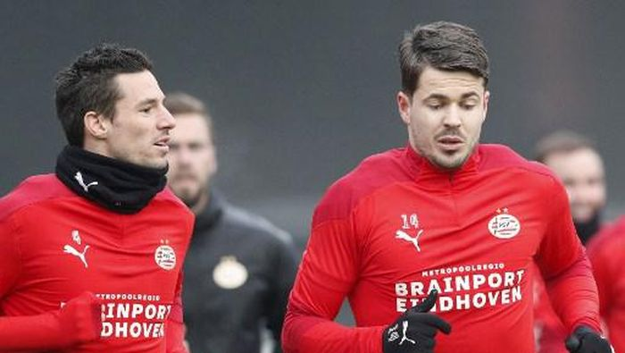 PSVs Dutch defender Nick Viergever (L) and PSVs Dutch midfielder Marco van Ginkel (R) attend a training session on the eve of the UEFA Europa League group E football match against Omonoia FC at the PSV Campus De Herdgang in Eindhoven, on December 9, 2020. (Photo by Jeroen PUTMANS / ANP / AFP) / Netherlands OUT