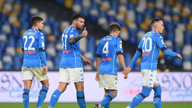NAPLES, ITALY - JANUARY 13: Andrea Petagna of S.S.C. Napoli celebrates with teammates Giovanni Di Lorenzo, Diego Demme and Piotr Zielinski after scoring their team's third goal during the Coppa Italia match between SSC Napoli and Empoli FC at Stadio Diego Armando Maradona on January 13, 2021 in Naples, Italy. Sporting stadiums around Italy remain under strict restrictions due to the Coronavirus Pandemic as Government social distancing laws prohibit fans inside venues resulting in games being played behind closed doors. (Photo by Francesco Pecoraro/Getty Images)