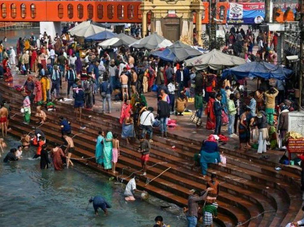 Di Tengah Pandemi, Warga India Berbondong-bondong ke Sungai Gangga