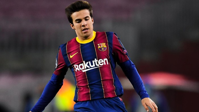 BARCELONA, SPAIN - DECEMBER 08: Ricard Riqui Puig of FC Barcelona runs with the ball during the UEFA Champions League Group G stage match between FC Barcelona and Juventus at Camp Nou on December 08, 2020 in Barcelona, Spain. Sporting stadiums around Spain remain under strict restrictions due to the Coronavirus Pandemic as Government social distancing laws prohibit fans inside venues resulting in games being played behind closed doors. (Photo by David Ramos/Getty Images)