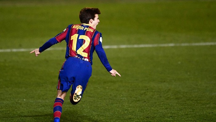 Barcelonas Riqui Puig celebrates after scoring the winning goal during the Spanish Super Cup semi final soccer match between Barcelona and Real Sociedad at Nuevo Arcangel stadium in Cordoba, Spain, Wednesday, Jan. 13, 2021. Barcelona will play the final after defeating Real Sociedad 3-2 in a penalty shootout after the game ended 1-1. (AP Photo/Francisco Seco)