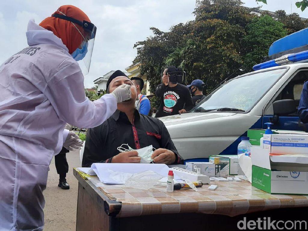 Pelayat yang Datang ke Rumah Duka Syekh Ali Jaber Jalani Swab Antigen