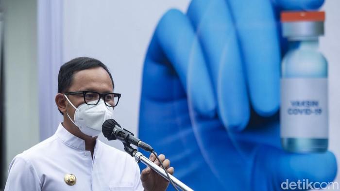 Wali Kota Bogor Bima Arya memberikan sambutan sebelum proses vaksinasi dilakukan di Kota Bogor.