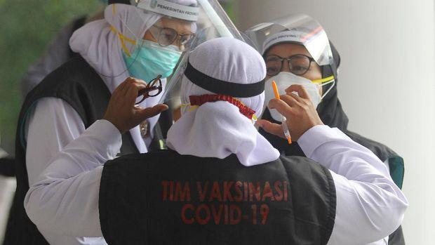 Tenaga kesehatan berbincang menjelang vaksinasi COVID-19 di Gedung Negara Grahadi, Surabaya, Jawa Timur, Kamis (14/1/2021). Vaksinasi perdana kepada 21 orang perwakilan tersebut menandai dimulainya program vaksinasi COVID-19 di sejumlah daerah di Jawa Timur. ANTARA FOTO/Moch Asim/foc.