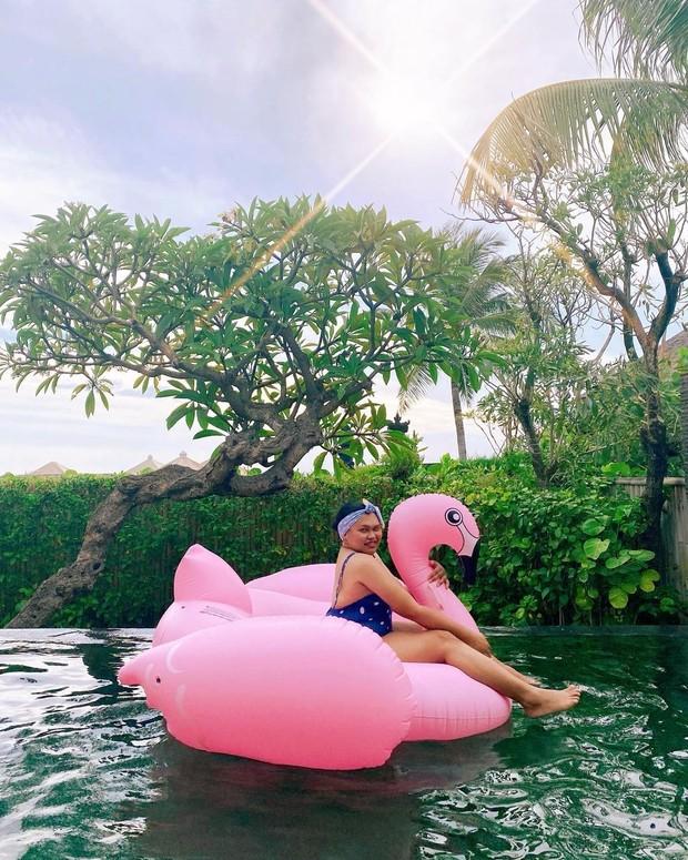 Wanda Haraa di atas pelampung bebek/instagram.com/wanda_haraa