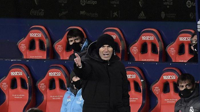 Real Madrids head coach Zinedine Zidane gestures during a Spanish La Liga soccer match between Osasuna and Real Madrid at El Sadar stadium in Pamplona, Spain, Saturday, Jan. 9, 2021. (AP Photo/Alvaro Barrientos)