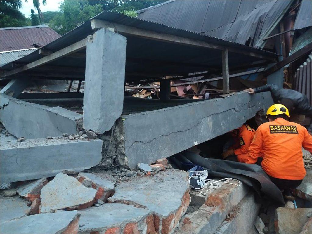 Sulitnya Tim SAR Evakuasi Korban Gempa di Mamuju