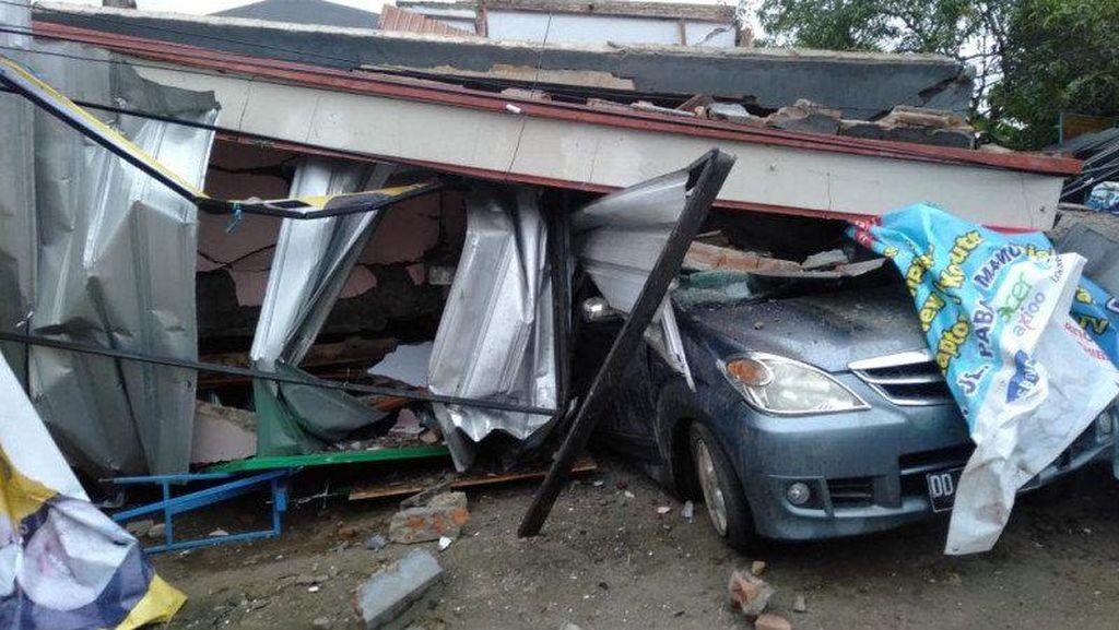 Potret Mobil-mobil Hancur Tertimpa Bangunan Akibat Gempa Majene