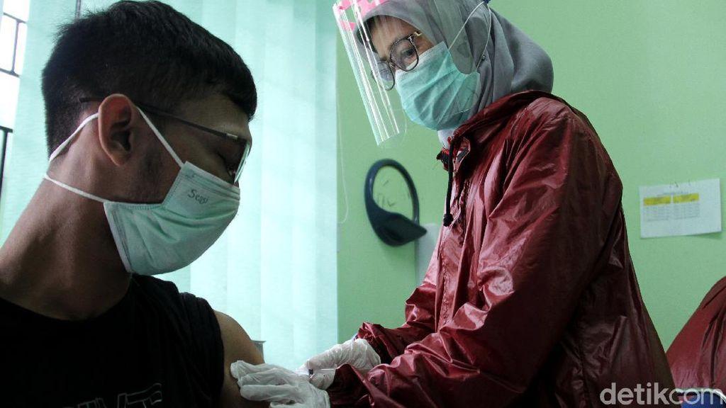 Giliran Tenaga Medis di Depok Suntik Vaksin Corona Sinovac