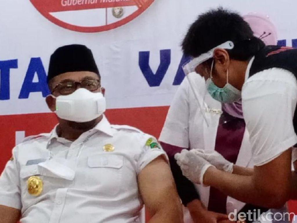 Murad Ismail Pertama Divaksin COVID di Maluku, Sempat Tertunda Tensi Tinggi