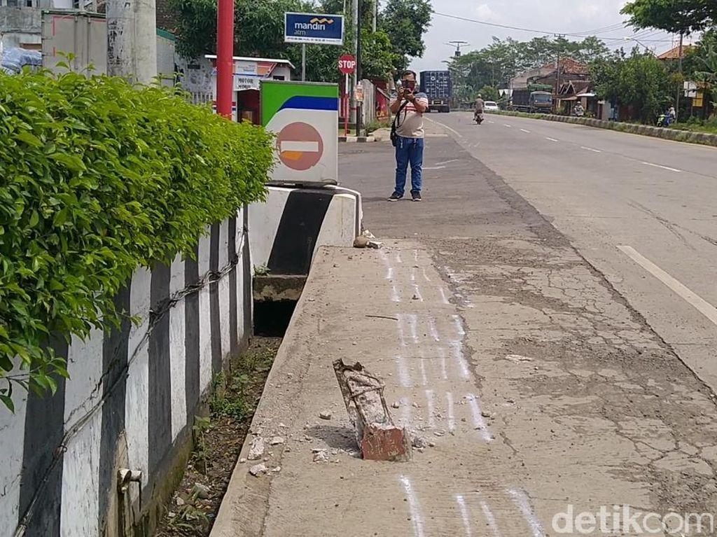 Ngeri! Detik-detik Truk Boks Hantam 2 Pemotor di Batang Terekam CCTV