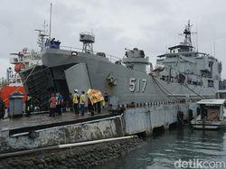 KRI Teluk Ende Bawa 30 Ton Sembako-Obat untuk Korban Gempa Mamuju