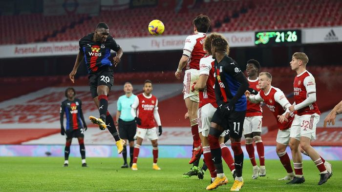 LONDON, ENGLAND - JANUARY 14: Christian Benteke of Crystal Palace heads the ball during the Premier League match between Arsenal and Crystal Palace at Emirates Stadium on January 14, 2021 in London, England. Sporting stadiums around England remain under strict restrictions due to the Coronavirus Pandemic as Government social distancing laws prohibit fans inside venues resulting in games being played behind closed doors. (Photo by Julian Finney/Getty Images)