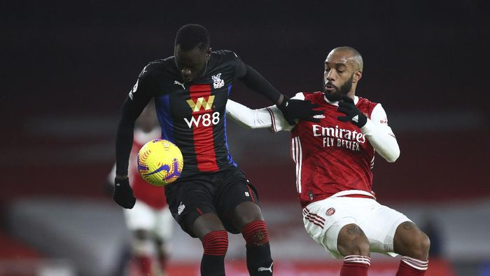 Crystal Palaces Cheikhou Kouyate, left and Arsenals Alexandre Lacazette fight for the ball during the English Premier League soccer match between Arsenal and Crystal Palace at Emirates Stadium in London, Thursday, Jan. 14, 2021. (Julian Finney/Pool via AP)