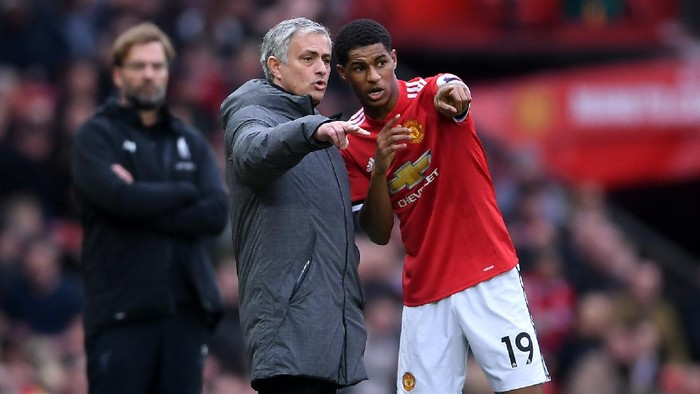 MANCHESTER, ENGLAND - MARCH 10:  Jose Mourinho, Manager of Manchester United speaks with Marcus Rashford during the Premier League match between Manchester United and Liverpool at Old Trafford on March 10, 2018 in Manchester, England.  (Photo by Laurence Griffiths/Getty Images)