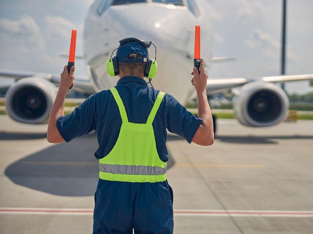 Pernah Dengar Profesi Juru Parkir Pesawat? Begini Kisahnya