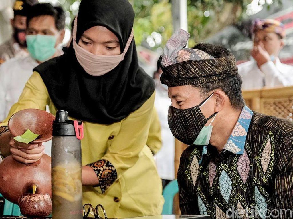 Diiringi Hujan Deras, Sandiaga Ngobrol MotoGP dengan Warga Lombok