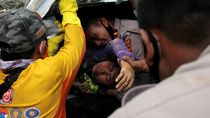 Momen Dramatis Petugas Gabungan Evakuasi Korban Gempa di Mamuju