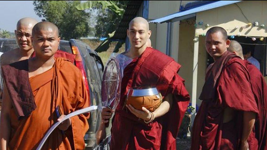 10 Potret Biksu Ganteng Viral yang Ternyata Model Berhati Dermawan