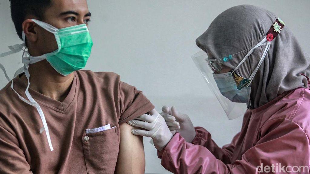 Para Nakes Disuntik Vaksin Corona di Puskesmas Kebayoran Lama