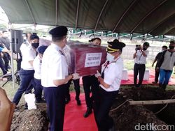 Jenazah Ekstra Kru Sriwijaya Air Fadly Satrianto Dimakamkan di Surabaya