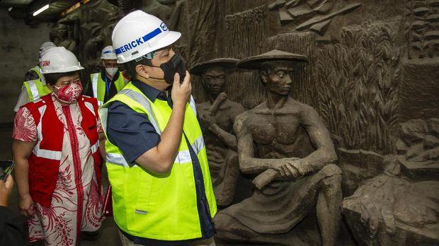 Menteri BUMN Erick Thohir meninjau lokasi penemuan relief di gedung Sarinah, Jakarta, Kamis (14/1/2021). Relief tersebut akan direstorasi dan dipamerkan kepada publik saat pemugaran gedung Sarinah rampung. ANTARA FOTO/Dhemas Reviyanto