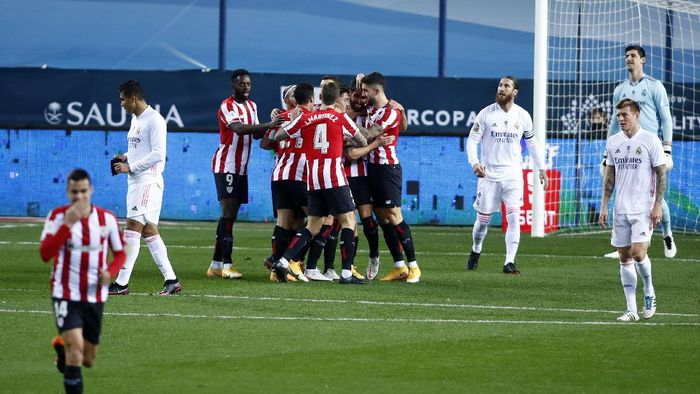 MALAGA, SPAIN - JANUARY 14: Raul Garcia of Athletic Bilbao celebrates with teammates after scoring their teams first goal during the Supercopa de Espana Semi Final match between Real Madrid and Athletic Club at Estadio La Rosaleda on January 14, 2021 in Malaga, Spain. Sporting stadiums around Spain remain under strict restrictions due to the Coronavirus Pandemic as Government social distancing laws prohibit fans inside venues resulting in games being played behind closed doors. (Photo by Fran Santiago/Getty Images)
