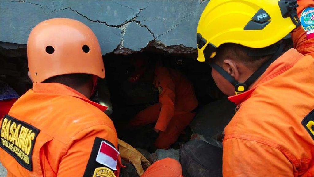 Potret Evakuasi Korban Gempa Majene