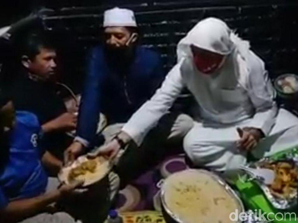Kenangan Anak-anak Disabilitas di Garut Makan Nasi Kebuli Bareng Syekh Ali Jaber