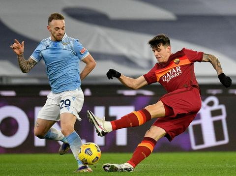 ROME, ITALY - JANUARY 15: Manuel Lazzari of SS Lazio compete for the ball with Roger Ibanez of AS Roma during the Serie A match between SS Lazio and AS Roma at Stadio Olimpico on January 15, 2021 in Rome, Italy.  (Photo by Marco Rosi - SS Lazio/Getty Images)