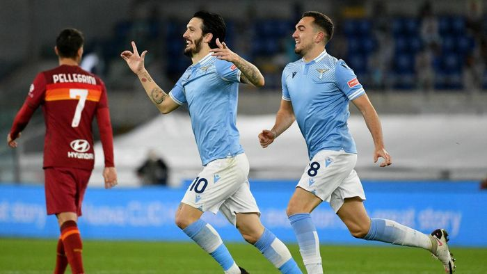 ROME, ITALY - JANUARY 15: Luis Alberto of SS Lazio celebrate a third gol with his team mates during the Serie A match between SS Lazio and AS Roma at Stadio Olimpico on January 15, 2021 in Rome, Italy.  (Photo by Marco Rosi - SS Lazio/Getty Images)