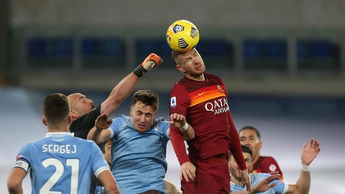 ROME, ITALY - JANUARY 15: Edin Dzeko of Roma gets above Patric (centre) and goalkeeper Pepe Reina of Lazio during the Serie A match between SS Lazio and AS Roma at Stadio Olimpico on January 15, 2021 in Rome, Italy.  (Photo by Paolo Bruno/Getty Images)