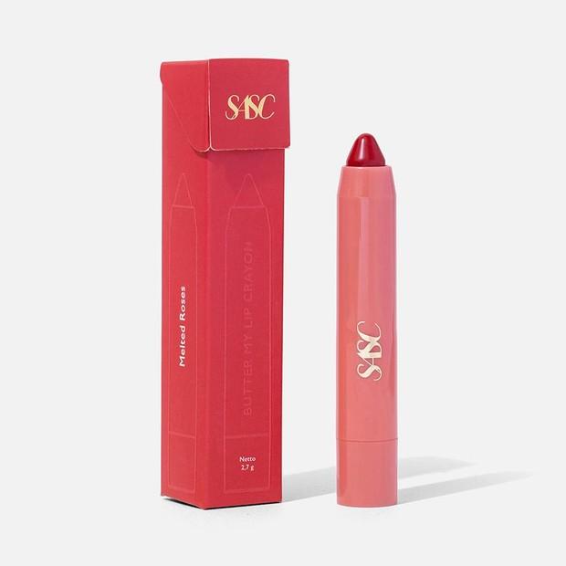 Lip crayon yang memiliki pigmentasi yang intens.