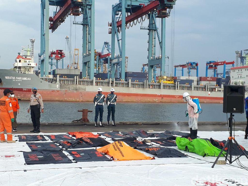 Merapat ke JICT II, Kapal SAR Bawa 17 Kantong Berisi Bagian Tubuh