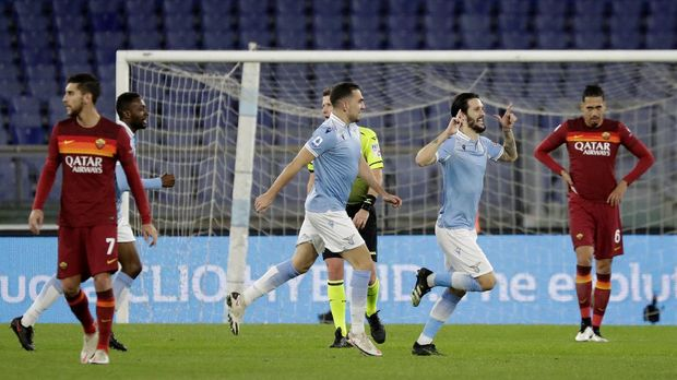 Lazio's Luis Alberto, 2nd right, celebrates after scoring his sides third goal during the Serie A soccer match between Lazio and Roma, at Rome's Olympic Stadium, Friday, Jan. 15, 2021. (AP Photo/Andrew Medichini)